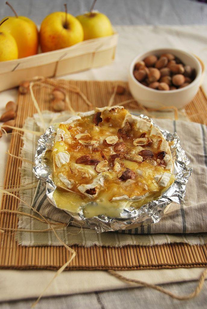 Camembert rôti aux pommes et noisettes {recette végétarienne spéciale apéro}