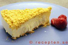 Cheesecake - Recept på Cheesecake. En frusen glasstårta med digestivekex. Mycket god och även enkel att göra. Ska stå 7-8 timmar i frysen och räcker till 6-8 portioner.