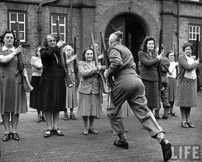 """Um sargento britânico treinando membros do """"exército de mães"""" durante a Batalha da Inglaterra – 1940"""
