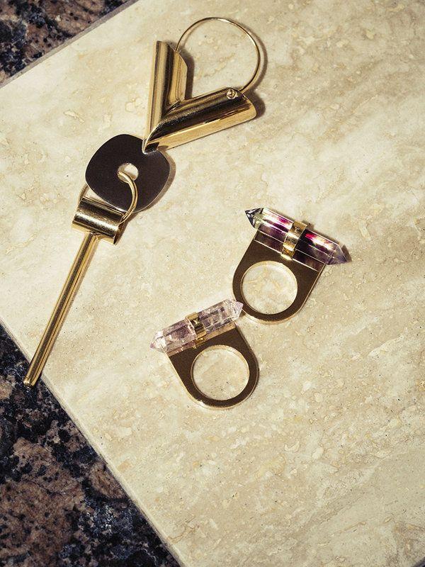 ニコラ・ジェスキエールによる新「ルイ・ヴィトン」はアクセサリーも見逃せない。V字型のイヤリングやエッジなカッティングのリングなど、シグネチャーアイテムが続々。ローズクォーツなど貴石を使ったリングは、モードな恋人からプレゼントされたいWISHリスト入り♡