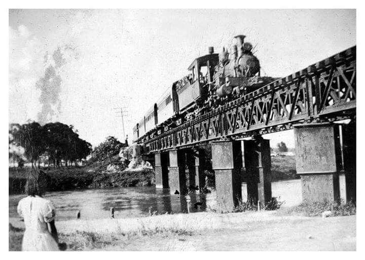 Trem da cantareira, o trem dos amores, atravessando ponte sobre o rio tietê