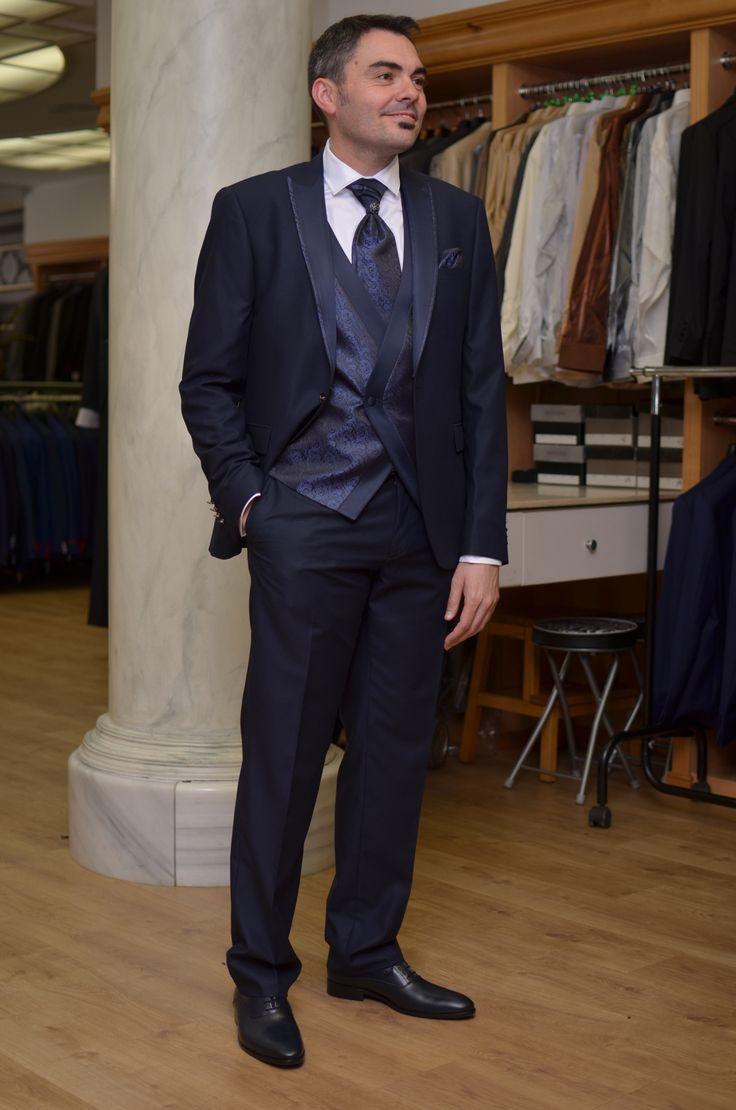 Arax Gazzo, traje novio azul Klein con solapa desmontable.