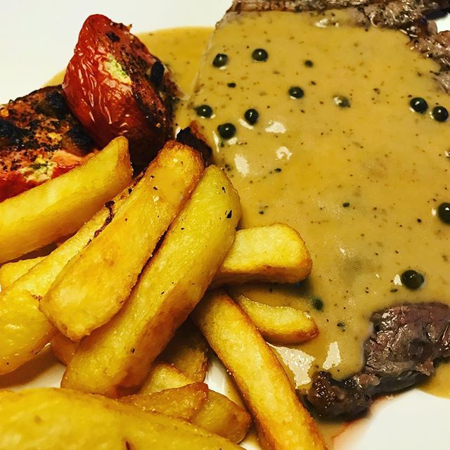 Ribeye steak roasted garlic tomato and chips and don't forget the peppercorn sauce😂 . . . . . #steak #food #foodporn #instafood #meat #beef #dinner #delicious #foodie #restaurant #yummy #instagood #lunch #steakhouse #wine #ステーキ #grill #bbq #love #foodsta