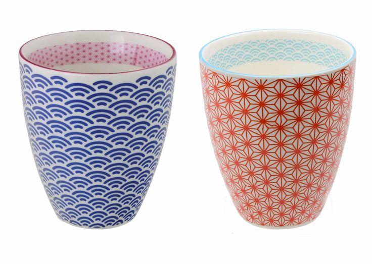 Un ensemble de deux jolies tasses de café ou de thé de la collection de Tokyo Design Studio. Emballé dans une belle boîte. Convient pour lave-vaisselle et micro-ondes.