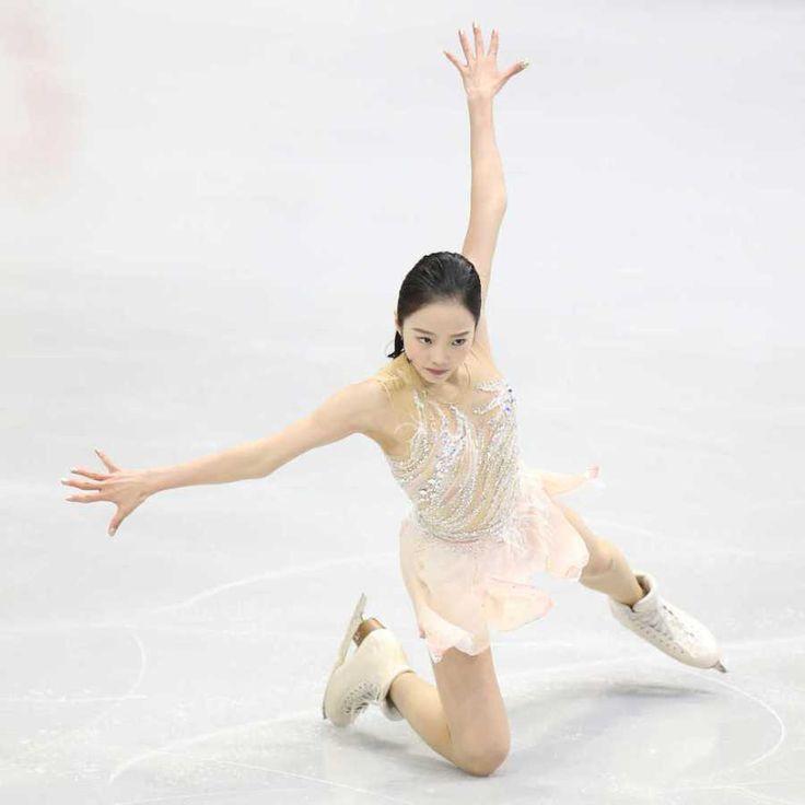 """「フィギュアスケート・中国杯」(3日、北京) 女子ショートプログラム(SP)が行われ、16年世界ジュニア女王の本田真凜(16)=関大高=は、66・90点をマークし、首位と3・75点差の6位発進となった。前戦のスケートカナダでは、ジャンプやスピンでミスを連発し、52・60点でSP10位と出遅れたが一転して、上々の演技を披露し、満面の笑みを浮かべた。 冒頭の連続3回転ジャンプはスケートカナダのルッツ-トーループから、やや難度を下げ、昨季まで使っていたフリップ-トーループに変更。トーループで回転不足の判定を受けたが、SP「ザ・ギビング」のしっとりとした旋律にのり、残りのジャンプはすべて成功。華麗な滑りで観客を魅了した。 演技後はリンクに投げ込まれたピカチュウのぬいぐるみを手に、笑顔を見せた真凜。「不安だったけど、1つ1つ丁寧に滑れた」という言葉通り、課題としていたスピンやステップは最高評価のレベル4を獲得した。「直すところはたくさんあるけど、SPの自信を取り戻せた」。満開の""""真凜スマイル""""が戻ってきた。…"""