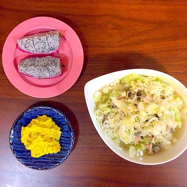 豚肉、きくらげ、キャベツ、しょうがのみじん切り、ネギ、春雨入りのスープ。 オニオンスライス入りのかぼちゃサラダ。 ドラゴンフルーツはいただきもの。 - 23件のもぐもぐ - キャベツたっぷり、しょうがたっぷり春雨スープ。かぼちゃサラダ。ドラゴンフルーツ。 by yuko710