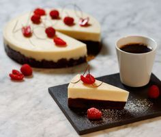 Brownietårta med vit chokladpannacotta | Recept ICA.se