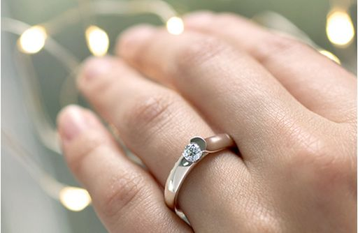 STELLAD EVO DELICATE - Soft and dramatic curves secure a round brilliant cut diamond - the ring pictured above features a 0.25 ct brilliant cut diamond.