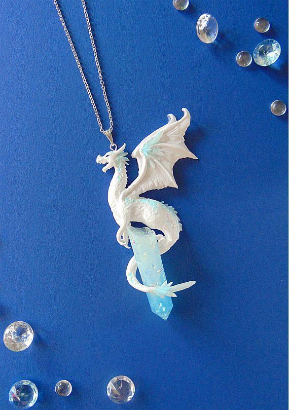 Ice Dragon Halskette – Fimo Schmuck – Dragon Schmuck – Winter Dragon Anhänger -… – Diy Schmuck ideen