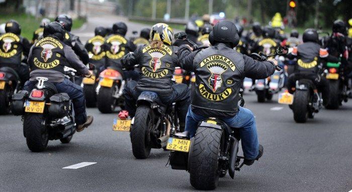 De Motorbende Jongeren Die Verzamelen Op Het Kerkhof Motorcycle Clubs Motorcycle Maluku