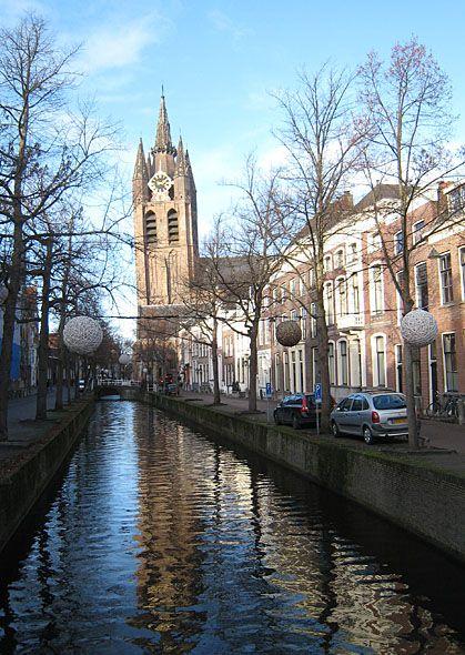 An der Gracht Oude Delft liegt die Delfter Oude Kerk (alte Kirche) mit ihrem charakteristischen schiefen Turm.   www.kukullus.nl