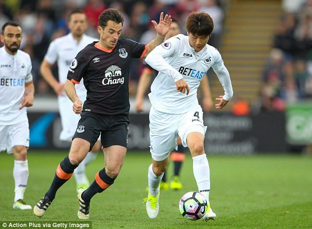 Ki Sung-yueng gets away from Leighton Baines during Swansea's victory against Everton
