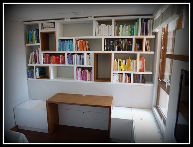 Biblioteca, escritorio y cajoneras de apertura superior. Muebles enchapados en dos tonos.