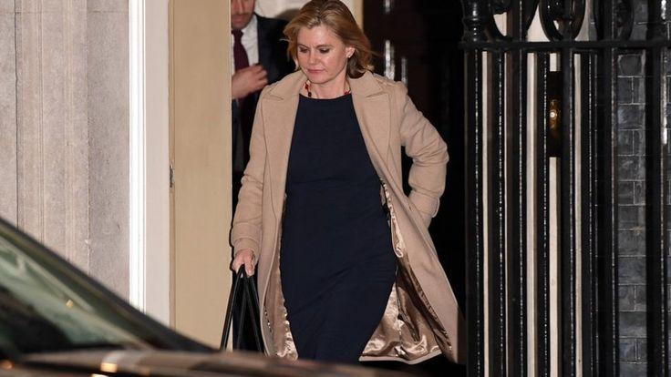 Justine Greening renunció al gobierno después de rechazar un trabajo como secretaria de pensiones en la reorganización del gobierno de Theresa May. La editora política Laura Kue...