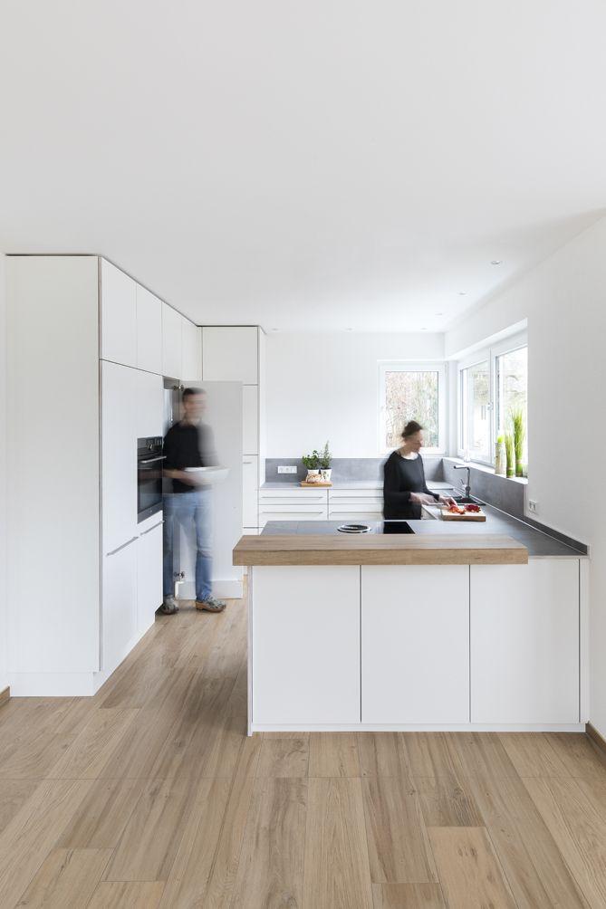 Weisse Kuche Mit Integriertem Durchgang In Die Speise Bora Kochfeld