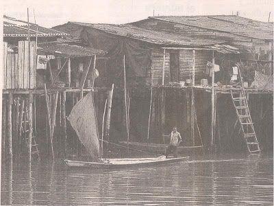 Canoa (no potro ni potrillo) a vela entando a Buenaventura, Colombia.