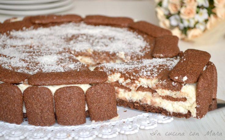 La torta di pavesini al cacao con crema al cocco è una golosa torta che non necessita di cottura, fresca con il suo sapore di cocco che fa subito estate.