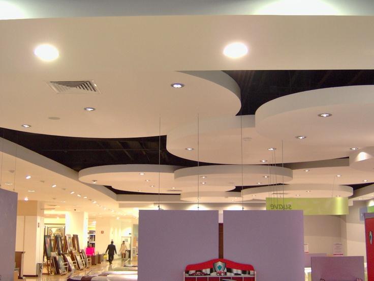 Detalle de plafones tienda departamental liverpool for Plafones pared aki