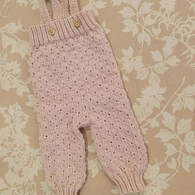 Elsker Lillemorbuksa #lillemorbukse #klompelumpebukse #klompelompe #strikketbukse #strikktilbaby #jentestrikk #babystrikk #sandnesgarn #merinoull #gammelrosa #treknapp #strukturstrikk #knit #knitted #knittedpants #minheklekrok