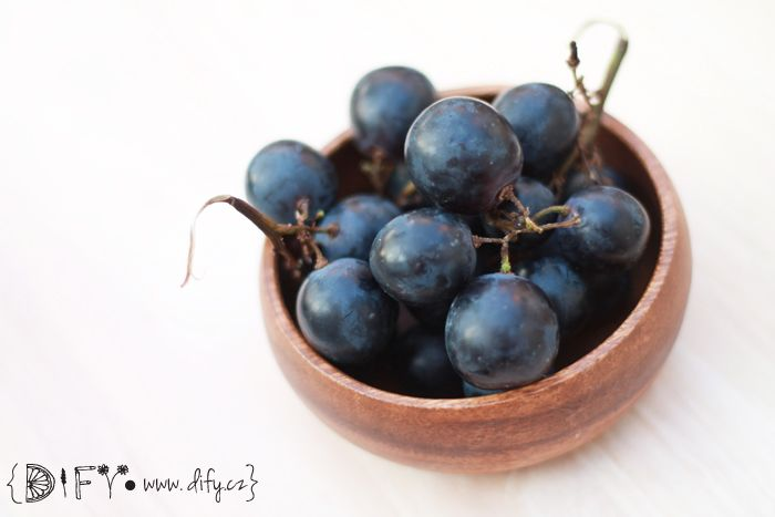 Zdraví prospěšné šťavnaté tmavé hroznové víno