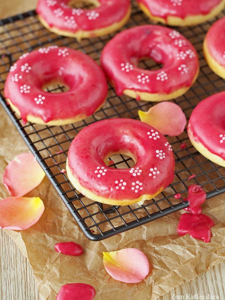 Hände hoch, wenn ihr denkt im Guss von diesen Donuts ist Lebensmittelfarbe. Ha! Ist aber gar keine drin :P Nur Himbeerpüree ;-) Wahnsinn, oder? Hätte ich selbst nicht gedacht, dass das so knallig w…
