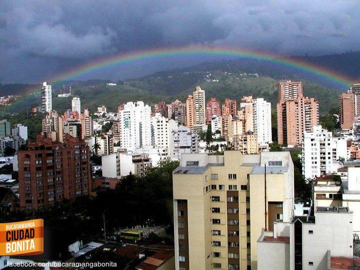 Arcoiris de colores en el cielo de Bucaramanga, la compañía perfecta para la ciudad más bonita de Colombia. Gracias Luz Mireya Carreño S @lumicaso por compartir esta foto.