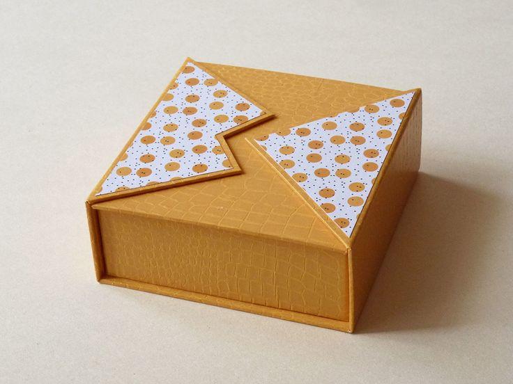 Le sujet du mois de septembre est double, il s'agit de confectionner deux petites boîtes afin de reprendre le cartonnage en douceur pour celles qui ont lâchement laissé tomber le cutter pendant l'été, et j'en suis. La petite boîte Ada (11cm x 11cm x 4.2cm)...