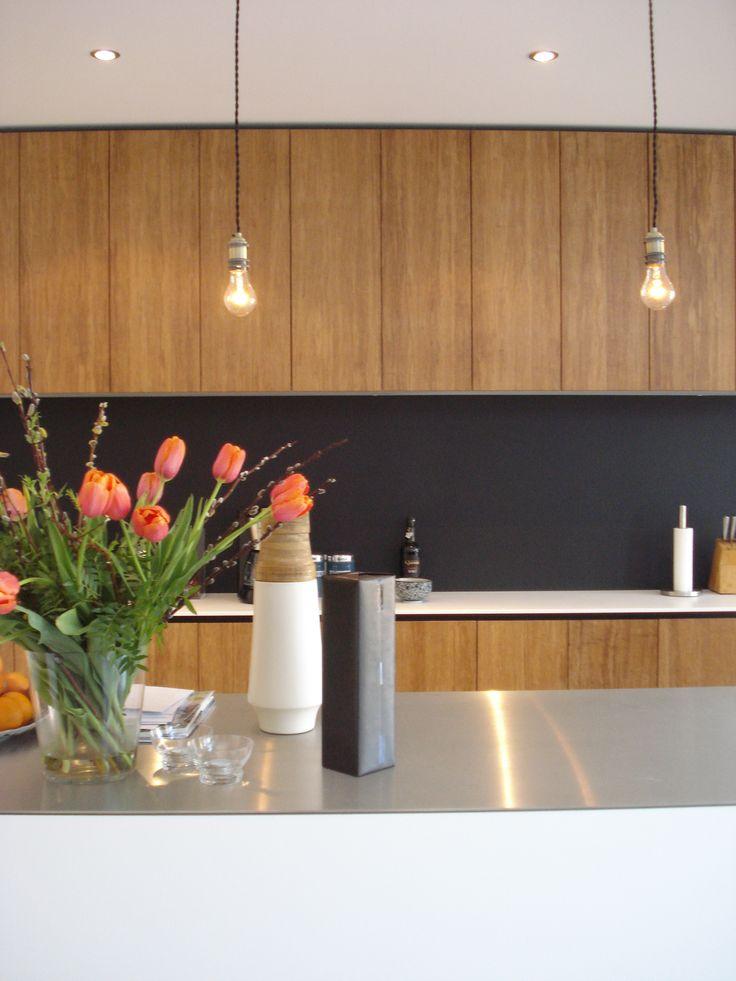 Losse peertjes dienen als functionele- en sfeerverlichting bij het keukeneiland. BNLA architecten | Fotografie Studio de Nooyer.