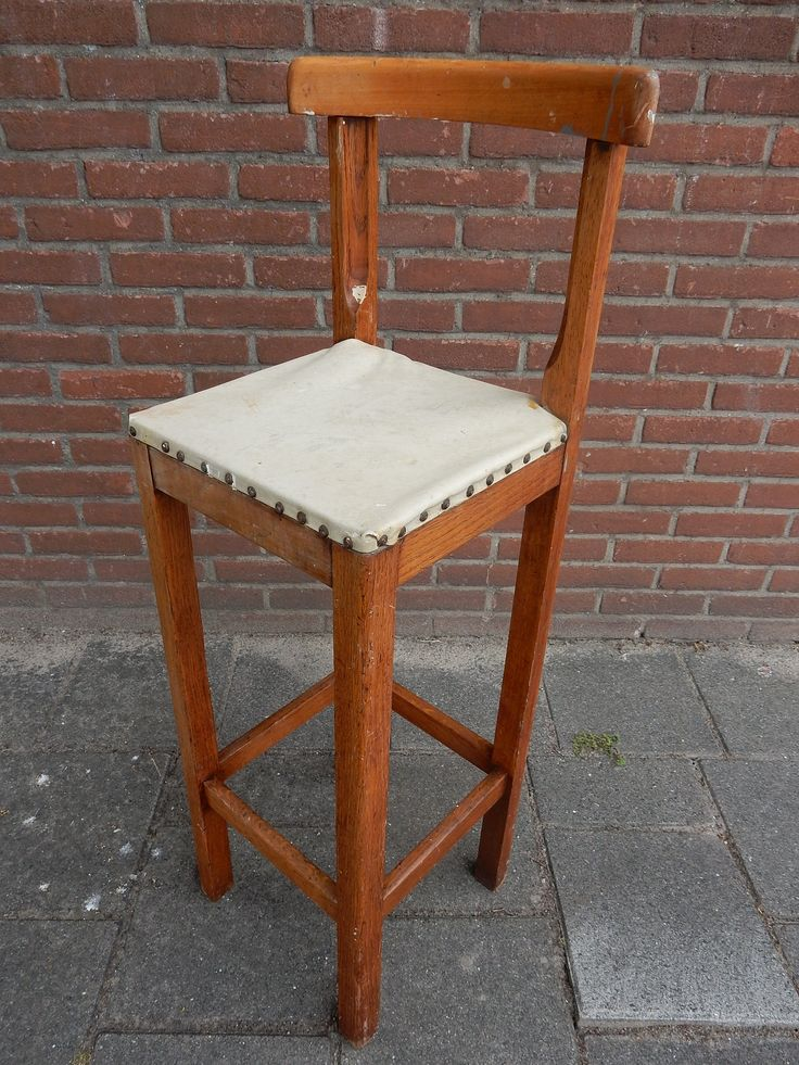 Vintage hoge kappers kinderstoel. De stoel is van hout met een skylederen beklede zitting met nagels. De afmetingen zijn 104 cm hoog, 40 cm breed en 32 cm diep. De zithoogte is 74 cm. Prijs € 37.50