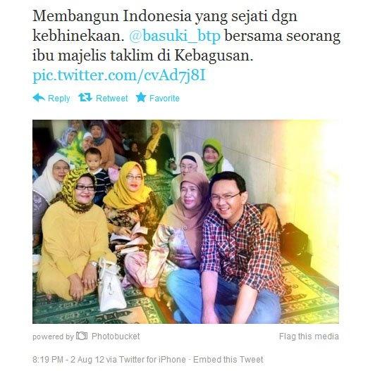 Serunya Pak Ahok berfoto bersama dengan para ibu-ibu ini.