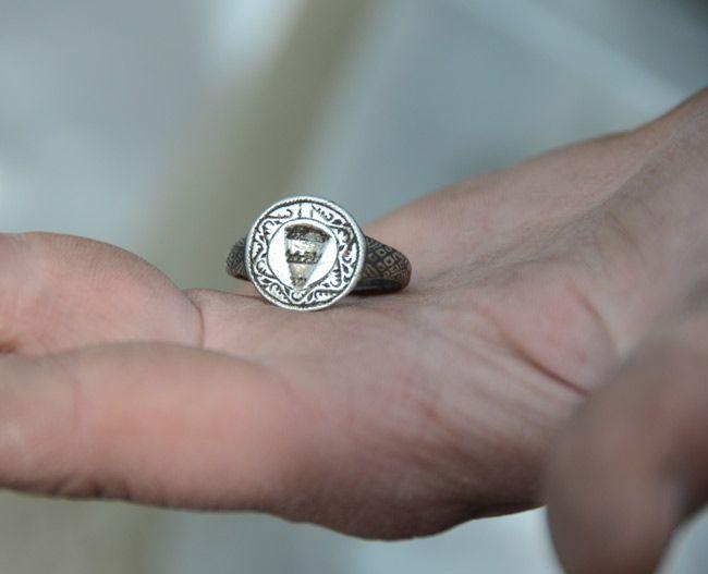 Ügyes ötvös készíthette a díszes, ezüst pecsétgyűrűt.