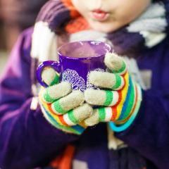 Perfekt für die Nikolausfeier am 6. Dezember: Ein feiner Kinderpunsch mit Apfelsaft, Kirschnektar und Holunderbeerensaft – passt prima zu Lebkuchen.