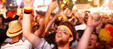 300.000 feiern Weltmeister-Titel: Freudentränen auf der Fanmeile   Berlin- Berliner Zeitung