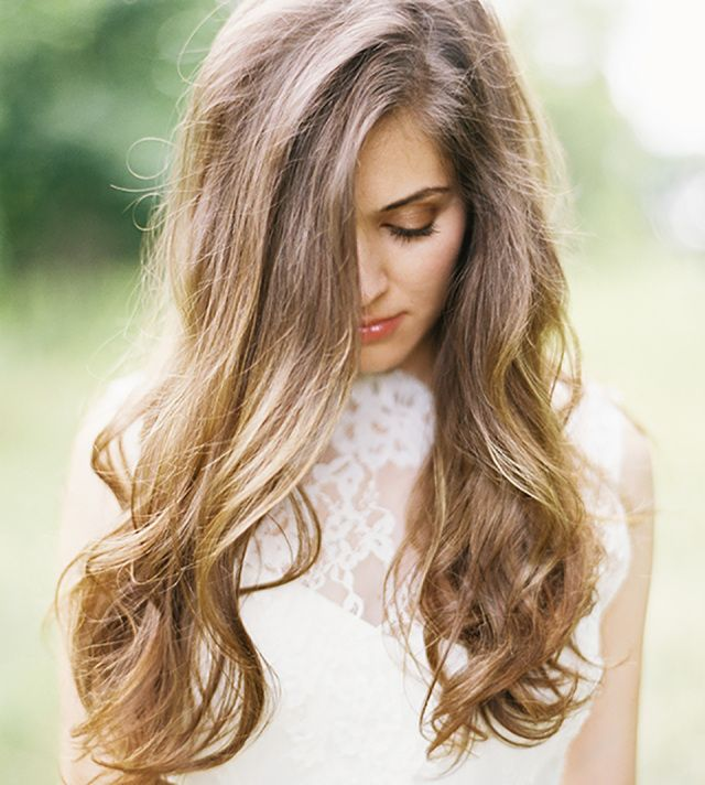 Bruidskapsel trend 2: Los en weelderig haar #bruiloft #trouwen #trends #bruidskapsel #haar #2015 #wedding #hairstyles Zie alle bruidskapsel trends van 2015 op ThePerfectWedding.nl | Credit: Heather Hawkins Photography