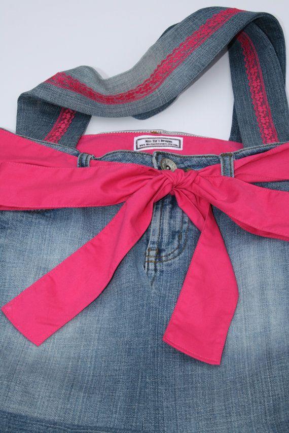 Rosa encaje Jean monedero/bolso/bolsa con cordón de la vendimia. He hecho este bolso de jean adorable de un viejo par de pantalones vaqueros. Los jeans tienen un aspecto ligeramente desteñido desgastado. El bolso está forrado con material de algodón de color de rosa caliente y tiene un bolsillo dividido en el interior para mantener todos sus elementos esenciales. La bolsa tiene dos manijas con encaje vintage rosa caliente cosida por la mitad, estos puntos son del mismo par de panta...