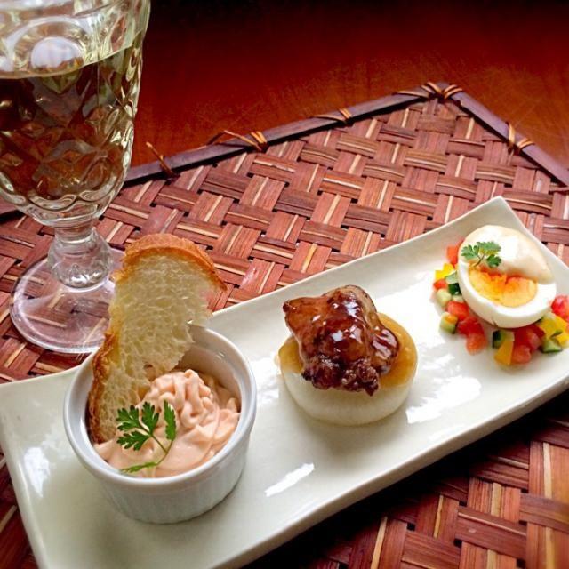"""Crème au saumon fumé<スモークサーモンのクリームムース>・foies de volaille et daikon sauce Périgueux<鶏レバーのフォアグラ大根風>・Oeufs durs mayonnaise<ゆで卵のマヨネーズがけ> 意外と素朴?フランス国民的人気の前菜メニューはなんと、ゆで卵マヨネーズ❗️ 「ゆで卵マヨネーズ保護委員会」なる団体もあり、毎年、パリのレストランの中から、最も優れたゆで卵マヨネーズを出す店を選び、表彰しているそうですマヨとジョセフィーヌ混ぜてかけただけ✌️鶏レバーもこうすると高級感クリームムースはお豆腐ベースでヘルシーに - 57件のもぐもぐ - attends un moment☝️""""ちょっとこれで待っててねクレーム オ ソーモン フュメ,フォア ドヴォライユ,ウフ・マヨネーズ by Ami"""