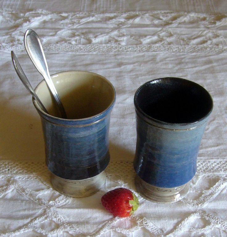 Ensemble de 2 tasses, blanc, bleu, noir, en grès : Vaisselle, verres par poterie-margo