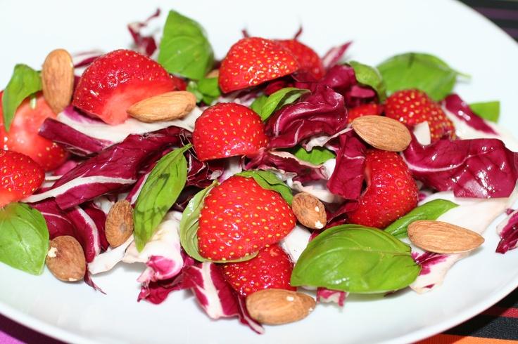 Lækker jordbærsalat: http://www.webopskrifter.dk/madopskrifter/6781/