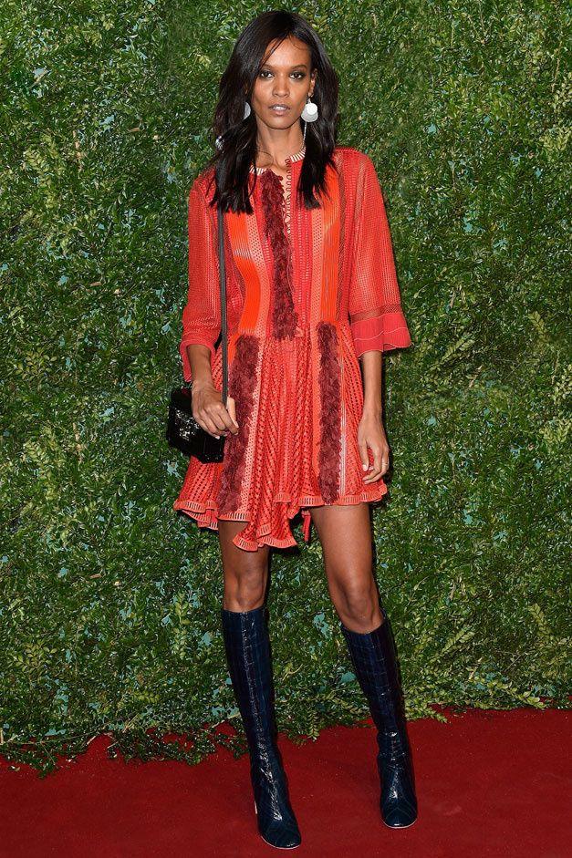 .Vêtu d'une robe en cuir rouge vaporeuse et d'une paire de bottes en croco, le top éthiopien optait pour un look Louis Vuitton de la dernière collection printemps-été 2015 pour fouler le tapis rouges des British Fashion Awards..