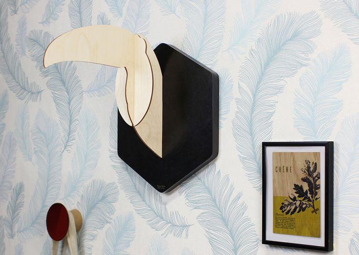 Cette déco murale trophée Toco de Reine Mère en bois naturel représente une tête de toucan à la manière d'un trophée de chasse. Revisitée et stylisée en bois, cette pièce sera un élément unique à monter vous-même.