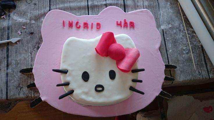 Hello Kitty cake on a Hallo Kitty cakeboard