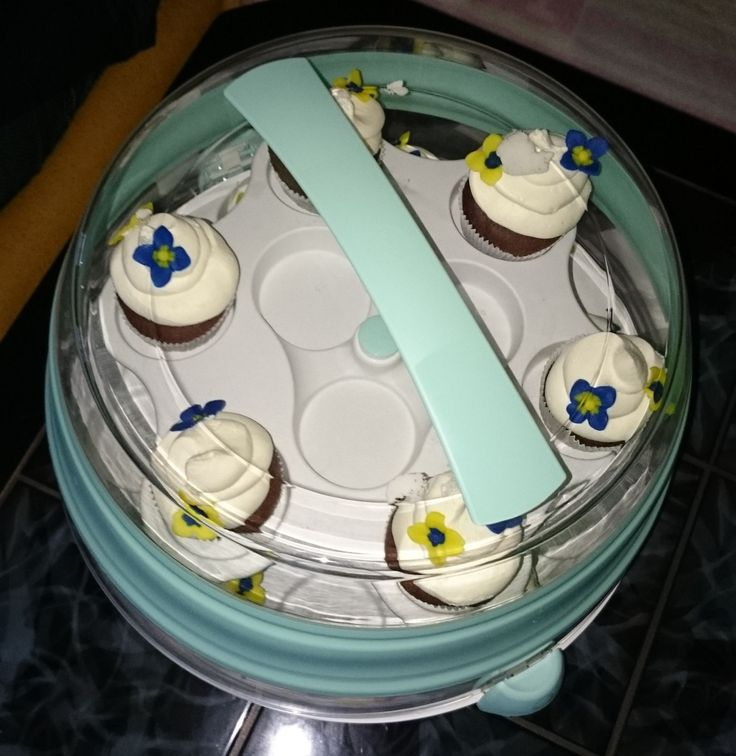 nach den ich den myBAKERY Plus von EMSA nun ausgiebig getestet habe,  nun mein Gesamtfazit: Die Verpackung: sehr ansprechend Optisch: ein Hingucker Zubehör: zusätzliche Etagere für Platz auf 2 Etagen, fasst 24 Muffin / Cupcakes & 25 Cake Pops - einfach genial Größe: Torten und Kuchen bis zu ca. 30 cm Durchmesser - genau was ich brauche weiter Größe: Torten bis zu einer Höhe von 15,5 cm sicher transportieren,  dank des faltbaren glasklaren Deckel auch 50%  Platzersparnis - einfach genial…