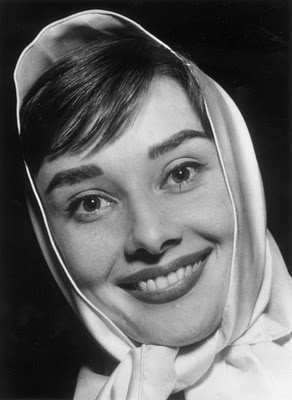 AHBeautiful Celebrities, Scarf Style, Audry Hepburn, Celebrities Smile, Beautiful Smile, Audreyhepburn Photos, Audrey Hepburn Photos, Classic, Things Audrey
