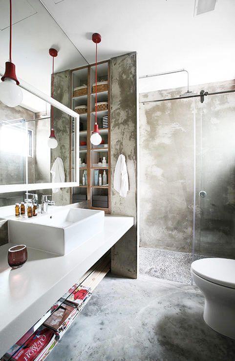 Rå betong, synliga kopparrör, järnbalkar, rostfritt stål och tegel sätter en häftig industriell stil i badrummet. Här är 18 badrum med de rätta industriella detaljerna.