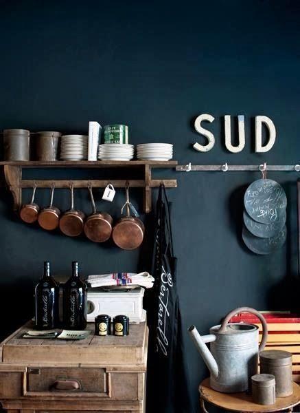 Même avec du bleu foncé on peut obtenir un style campagne, j'aime bien les casseroles en cuivre...