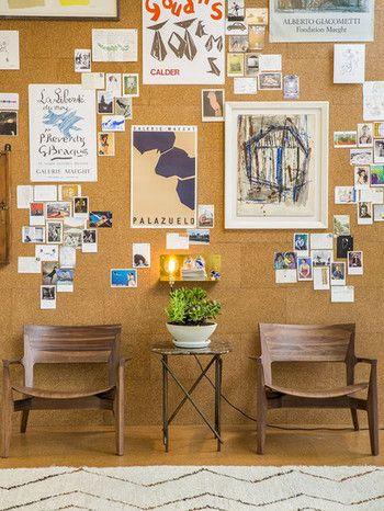壁一面に貼ったコルクボードと木の椅子がお似合い。大小さまざまなポスターやカードがたくさん並んでいますが、うるさくなく、落ち着いた雰囲気をキープしています。