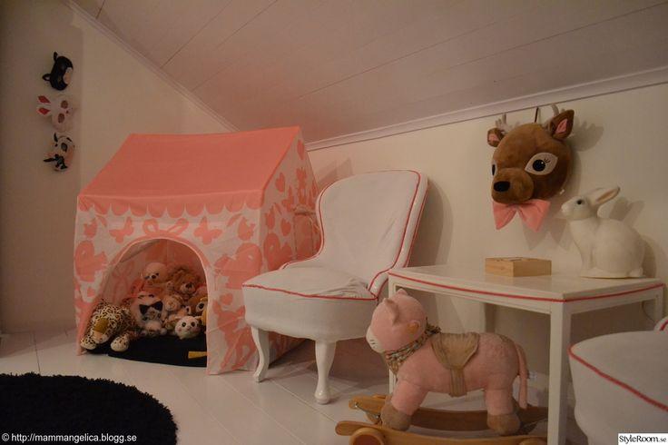 lektält, gosedjur, vita fotöljer, gungkatt, väggdjur, kaninlampa, barnrum