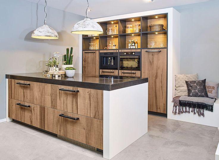 Landelijke keuken met eiland en kastenwand. In industriële stijl en voorzien van luxe apparatuur. Bekijk meer foto's en gegevens van deze keuken op onze website. #landelijk #kookeiland #industrieel