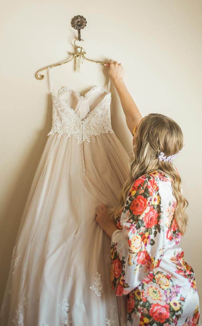 Wedding dress | Wedding inspiration | Wedding photography | Wedding flats | Wedding photo ideas Bridesmaids gifts | Wedding photography | Wedding planning | Wedding ideas | Getting ready robes | Floral robes | Wedding photos | Satin robes | Getting Ready Wedding Photos | Bridal Robe