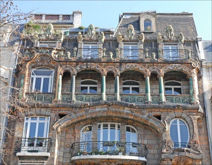 Immeuble Lavirotte Grouillante de végétaux et d'êtres vivants en tous genres, cette façade parisienne est au premier abord un peu déstabilisante : aujourd'hui classée monument historique, elle a été conçue en 1900 par l'architecte Jules Lavirotte...